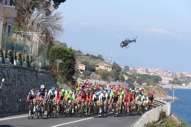 Gruppo di ciclisti durante la Milano-Sanremo UCI World Tour