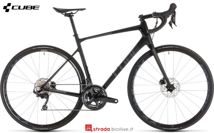 Una bicicletta da corsa Cube Attain GTC SL Disc