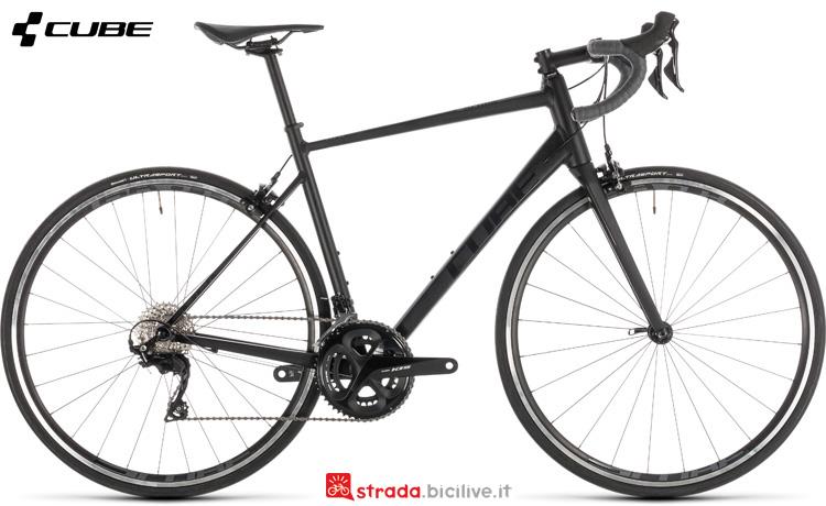 Una bicicletta con freni caliper Cube Attain SL