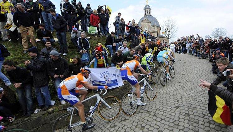 corridori percorrono il Muro di Grammont al Giro delle Fiandre