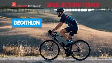 ciclista pedala con la bici gravel Triban RC di Decathlon