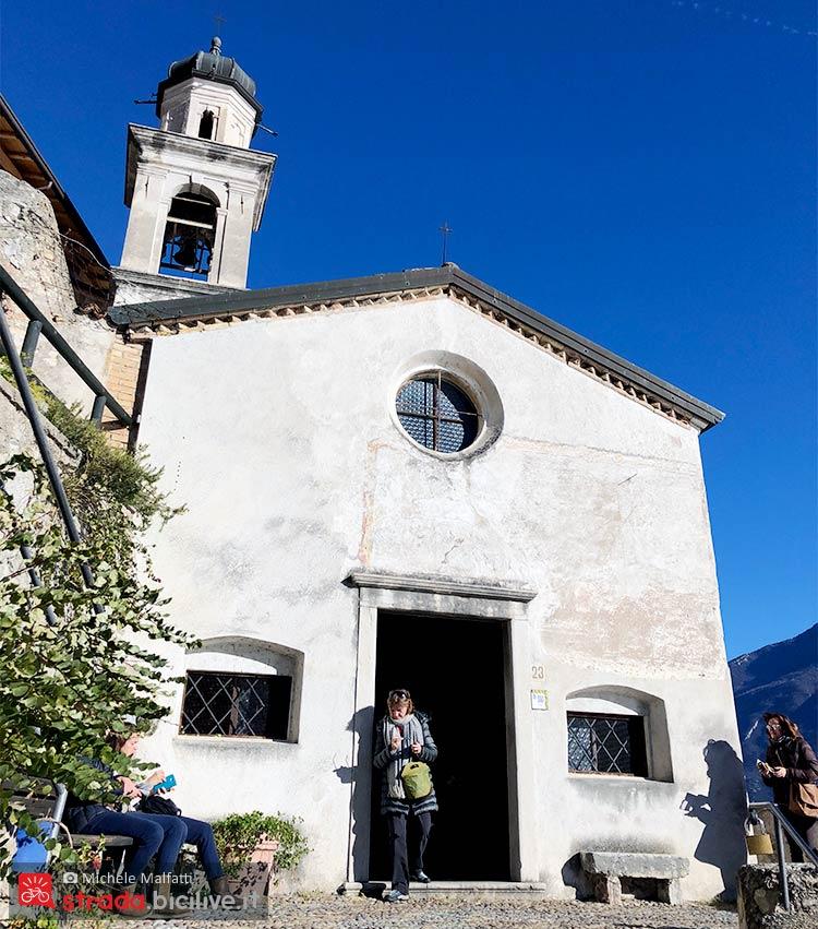 chiesa di san rocco durante la ciclabile sul garda
