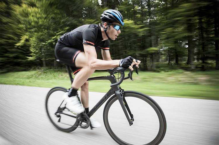 ciclista lapierre con nuova gamma di biciclette 2019