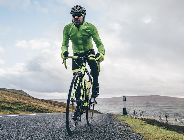 Ciclista vestito con abbigliamento Biemme Jampa