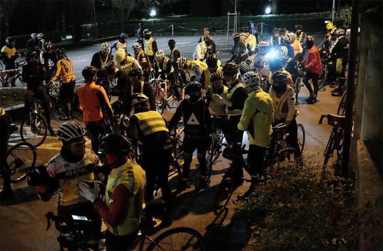 Ciclisti randonnée alla partenza prima dell'alba