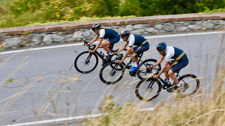 Ciclisti in sella a biciclette da strada Exept