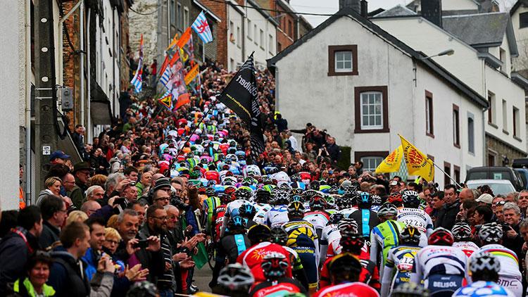 Gruppo ciclisti durante la Liegi-Bastogne-Liegi