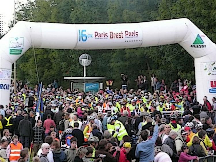 Ciclisti alla partenza della Parigi-Brest-Parigi