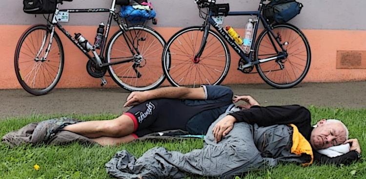 Ciclisti che dormono durante una randonnée