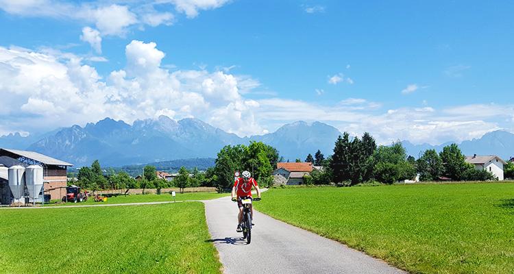ciclista  durante una pedalata sulla ciclabile del Piave