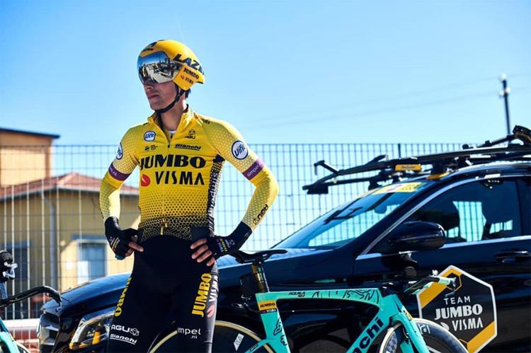 Primoz Roglic posa davanti a una bicicletta Bianchi Aquila CV