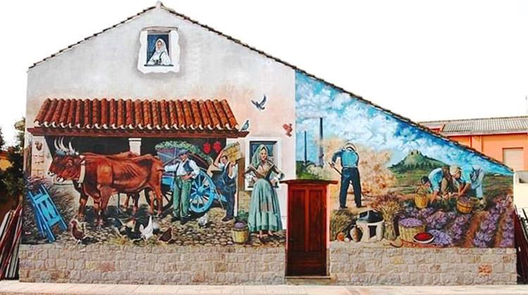 Murale presso museo Donna Maxima San Gavino Monreale durante il giro del lago flumendosa
