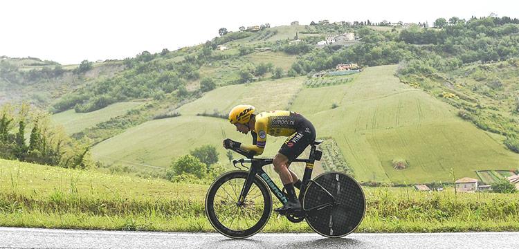 Primoz Roglic durante la nona tappa della prima settimana del giro d'italia 2019