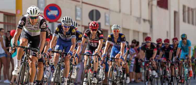 gruppo ciclisti durante il giro del Delfinato