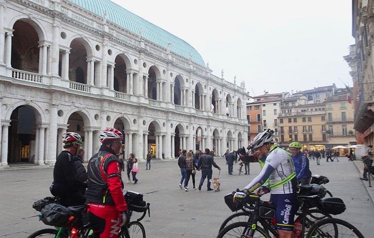 basilica palladiana con gruppo di ciclisti randonnee valsugana 2019