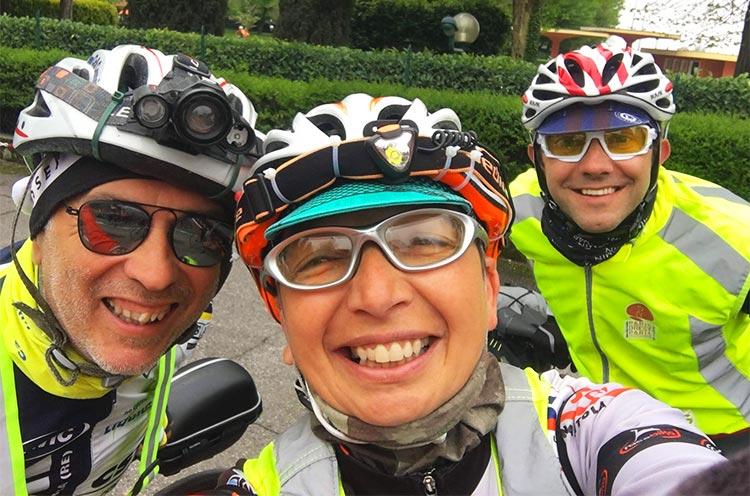 saluto con gli amici prima della partenza randonnee valsugana 2019 bici
