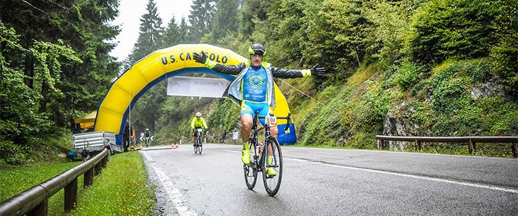 ciclista all'arrivo della Granfondo Top Dolomites