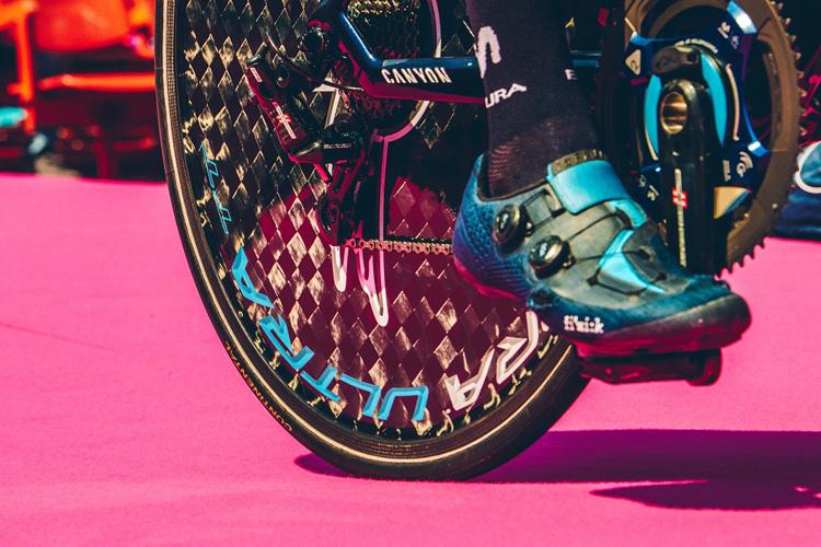 Dettaglio della bici Canyon Ultimate CF SLX sul tappeto rosa del Giro d'Italia 2019