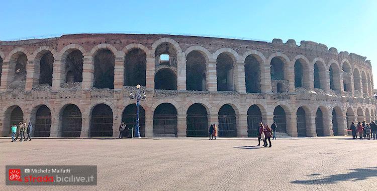 Arena di Verona a metà giro dal lago di Garda a Verona