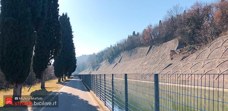 ciclabile costeggiata da canale durante il giro dal lago di Garda a Verona in bicicletta
