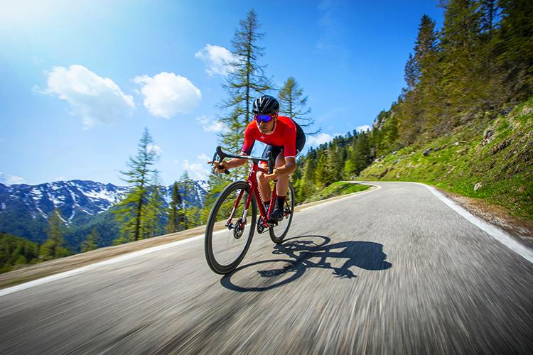 Ciclista uomo in sella a una bici da corsa Wilier Zero SLR 2020