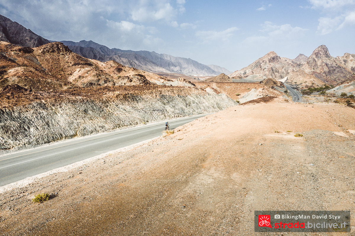 Ciclista solitario pedala in Oman durante il Biking Man 2019
