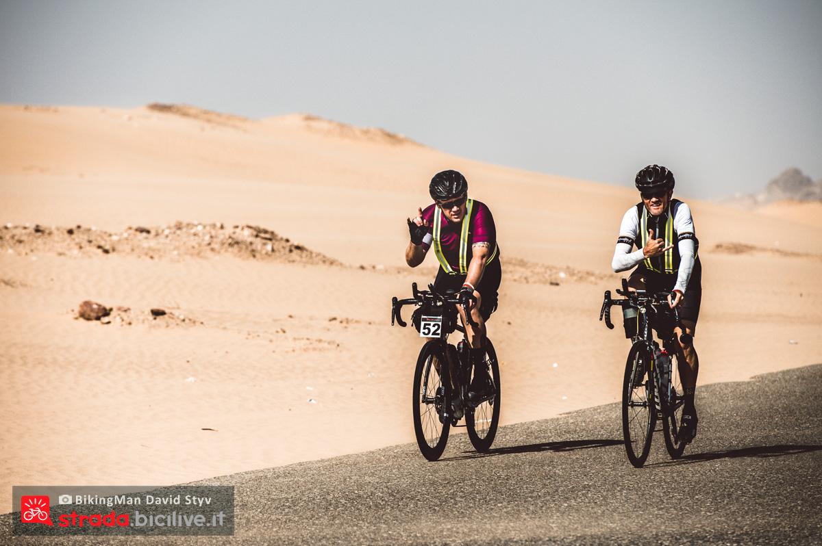 Coppia di ciclisti pedala in Oman durante il Biking Man 2019