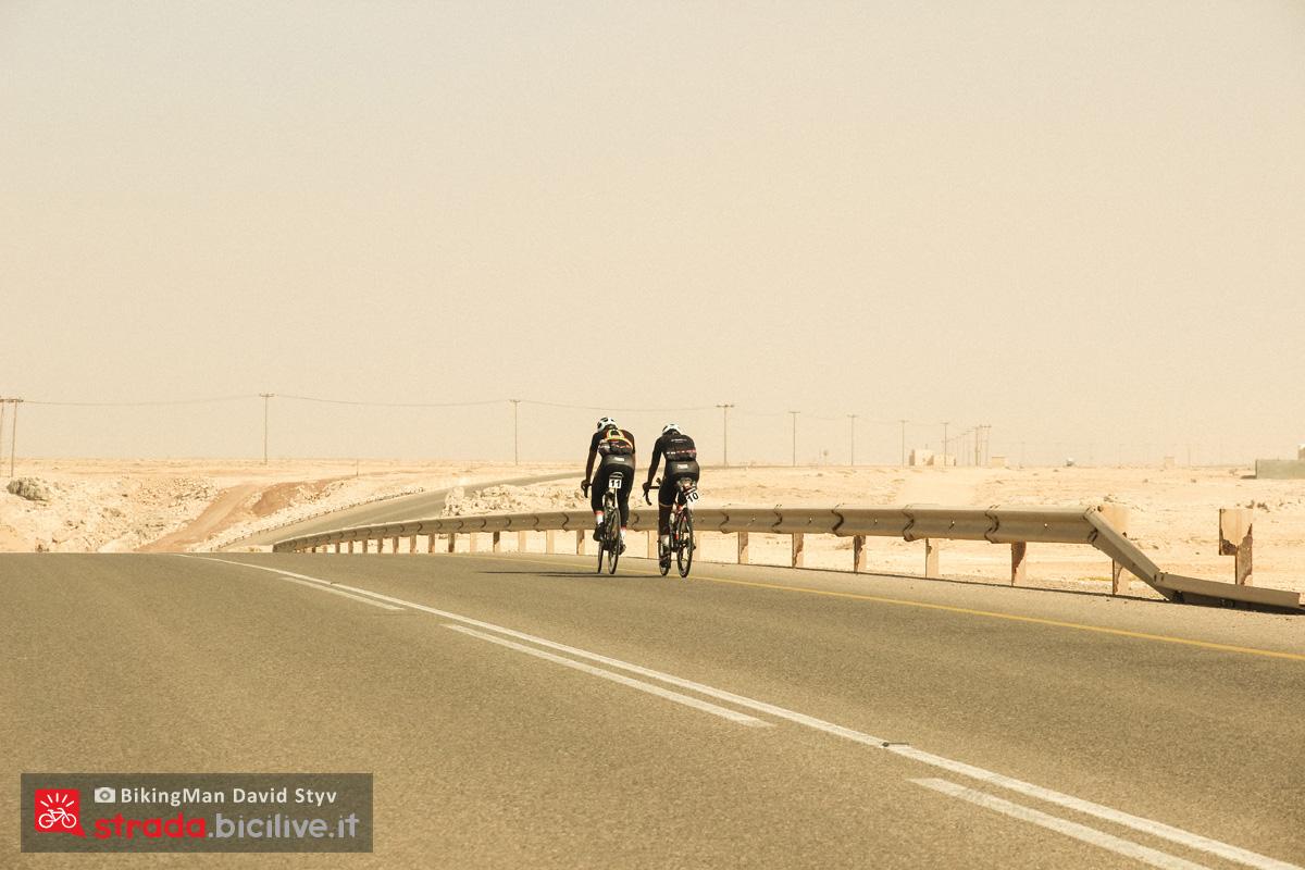 Ciclisti pedalano in Oman durante il Biking Man 2019