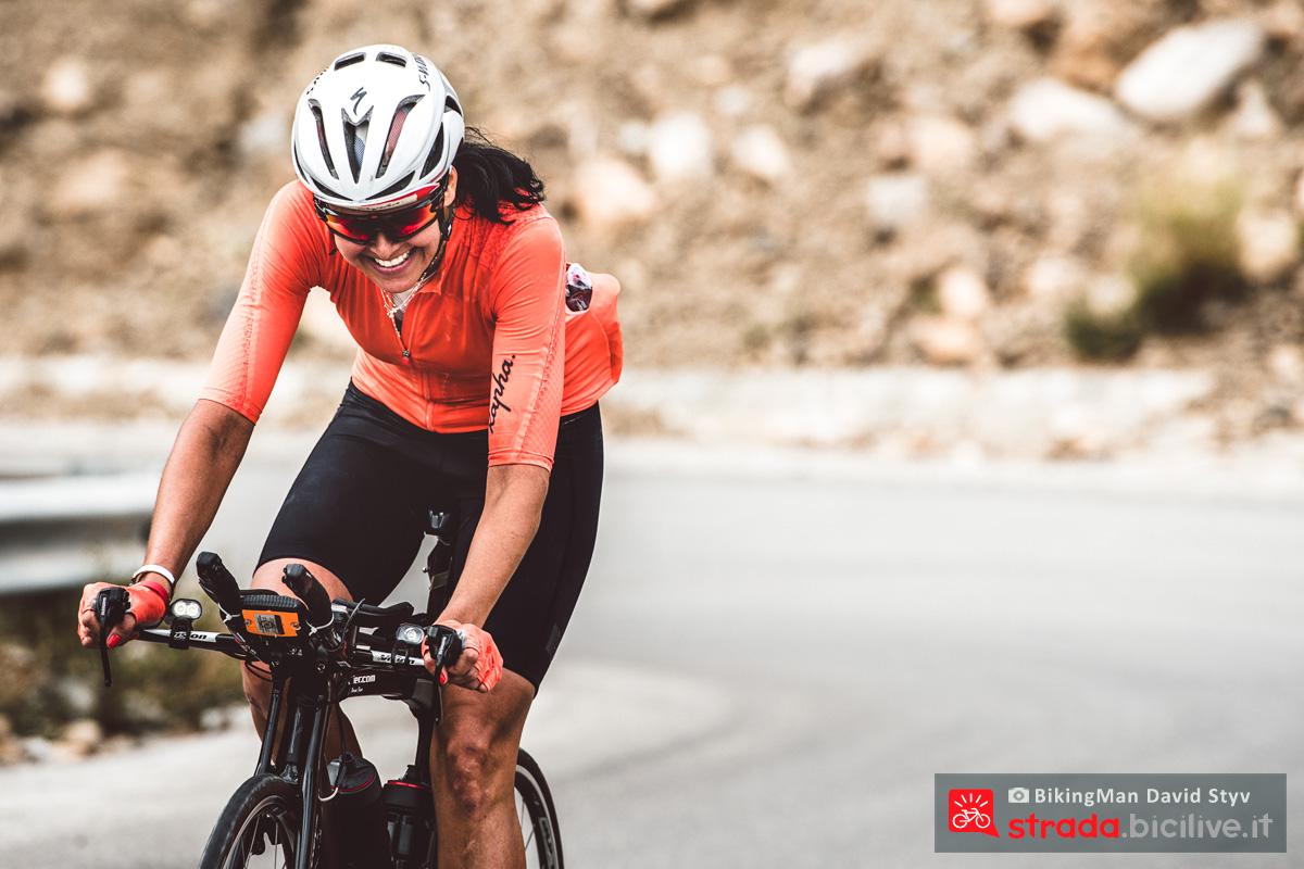 Ciclista solitaria pedala in Oman durante il Biking Man 2019