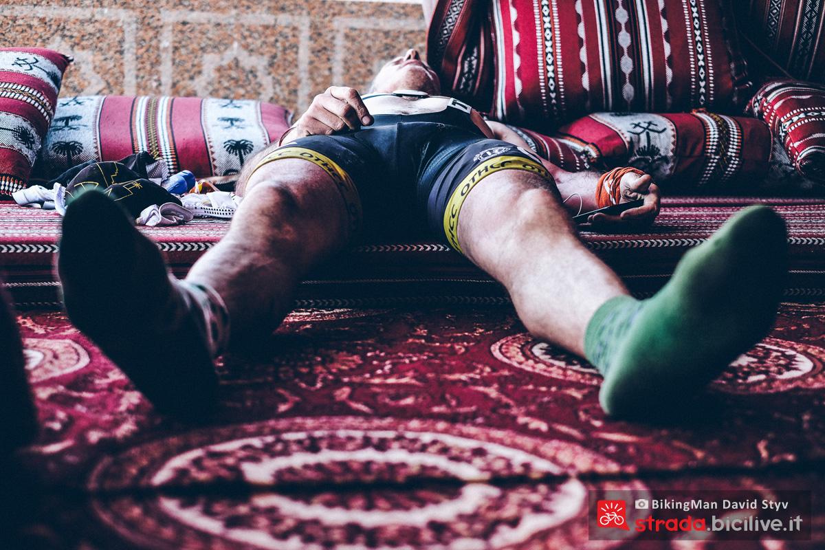 Ciclista si riposa in Oman durante il Biking Man 2019