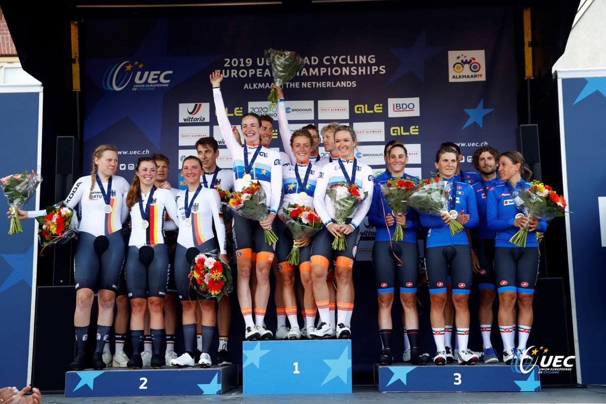 Il podio della gara Mixed Team Relay al primo giorno dei Campionati Europei di ciclismo su strada 2019