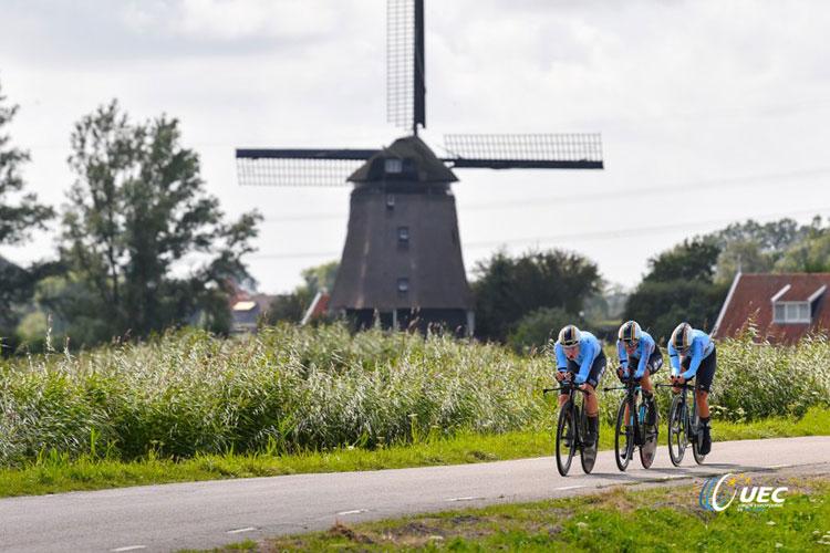 ciclisti con sfondo mulino a vento europei in Belgio
