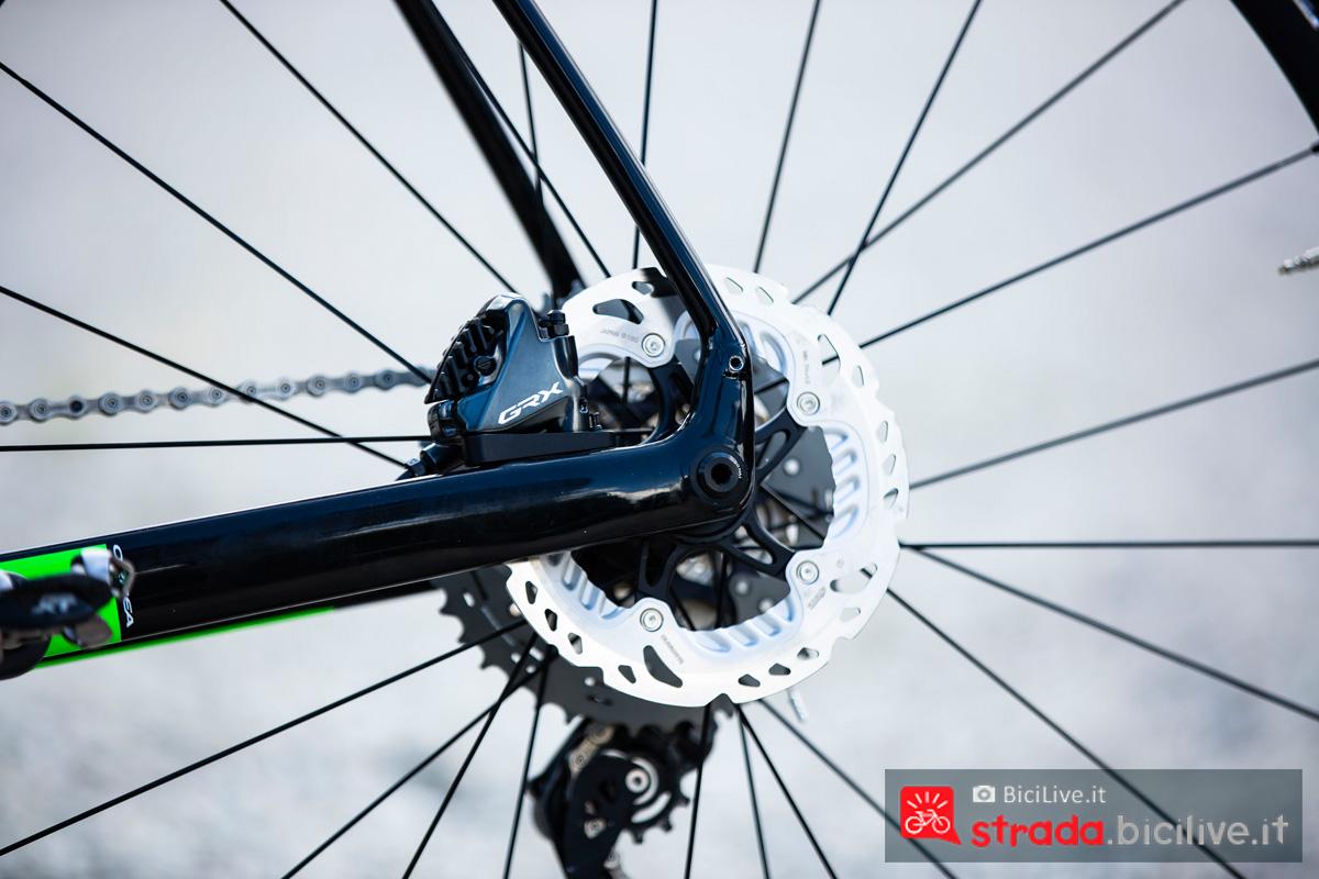 Il freno a disco posteriore del gruppo Shimano GRX da gravel