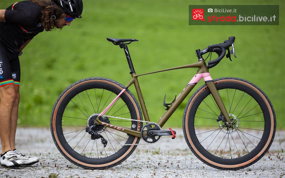 Ciclista guarda da vicino la bici Titici Flexy F-GR02