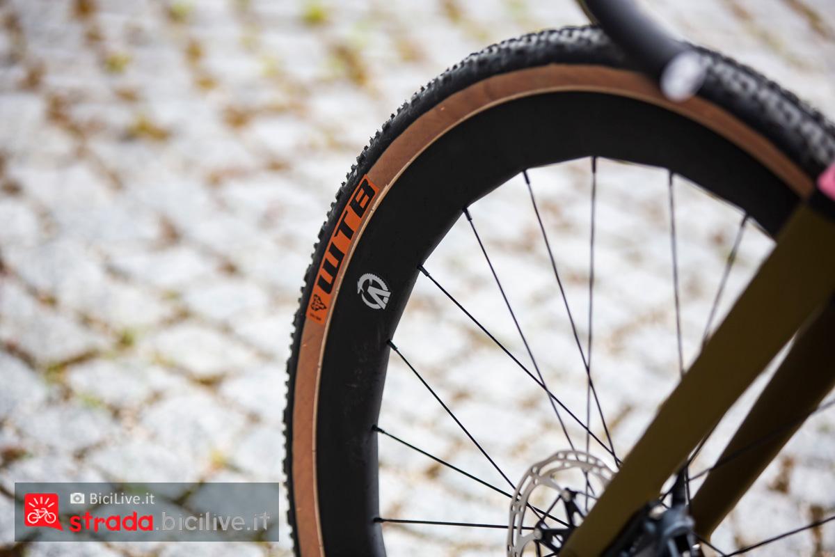 Un dettaglio degli pneumatici montati sulla bici da gravel Titici Flexy F-GR02 2020