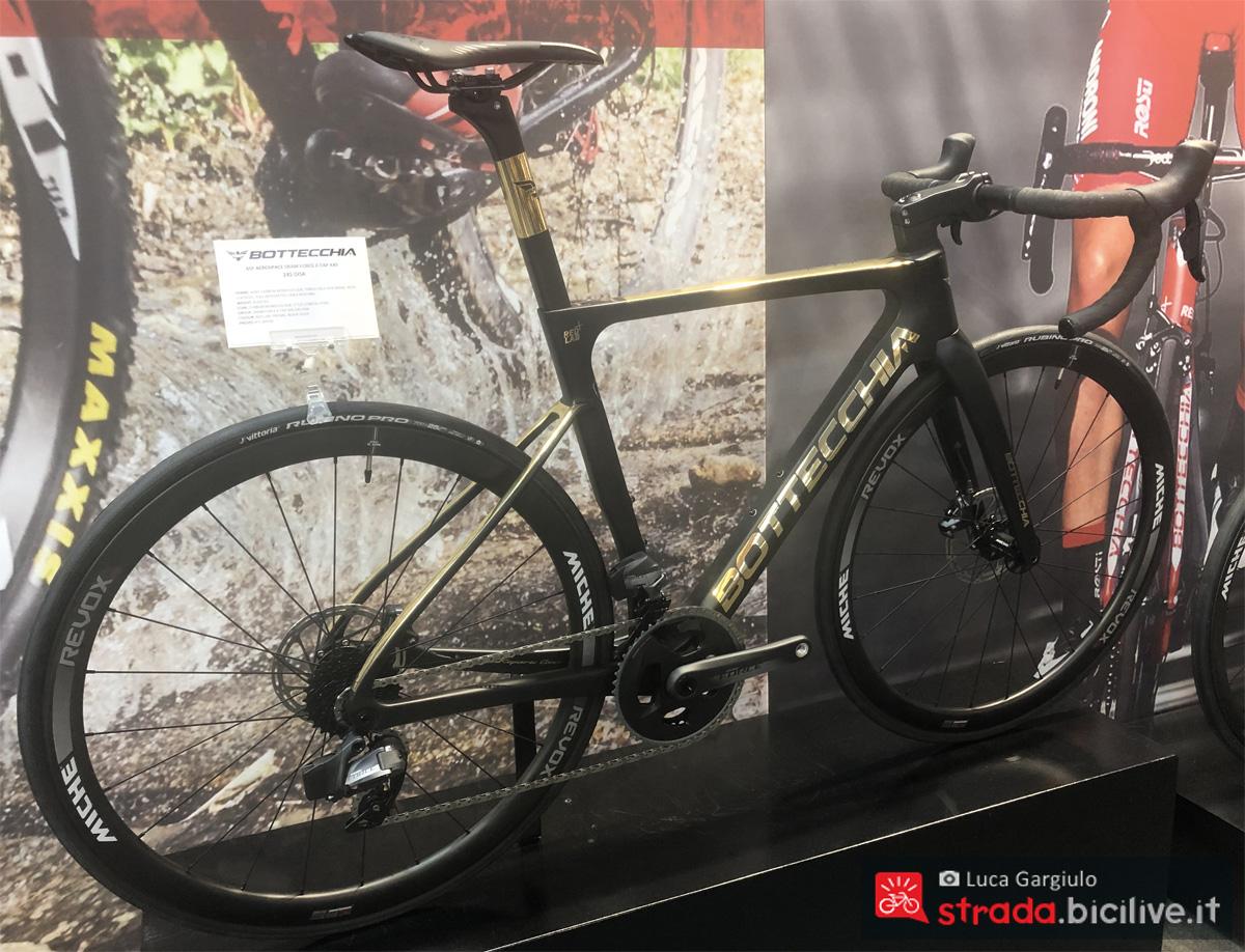 Una bici da corsa Bottecchia 65F Aerospace in esposizione