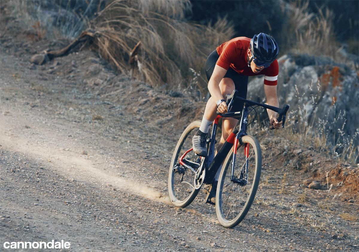 Ciclista in sella a Cannondale Topstone Carbon su sterrato