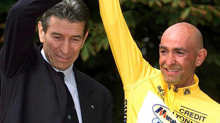 Felice Gimondi sale sul podio con Marco Pantani al Tour di Parigi nel 1998.