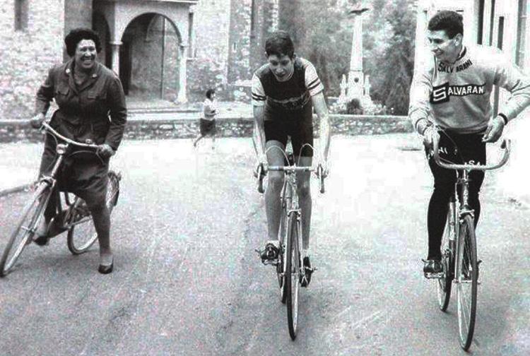 Felice Gimondi con la mamma Angela Salvi che pedala in sella alla bicicletta