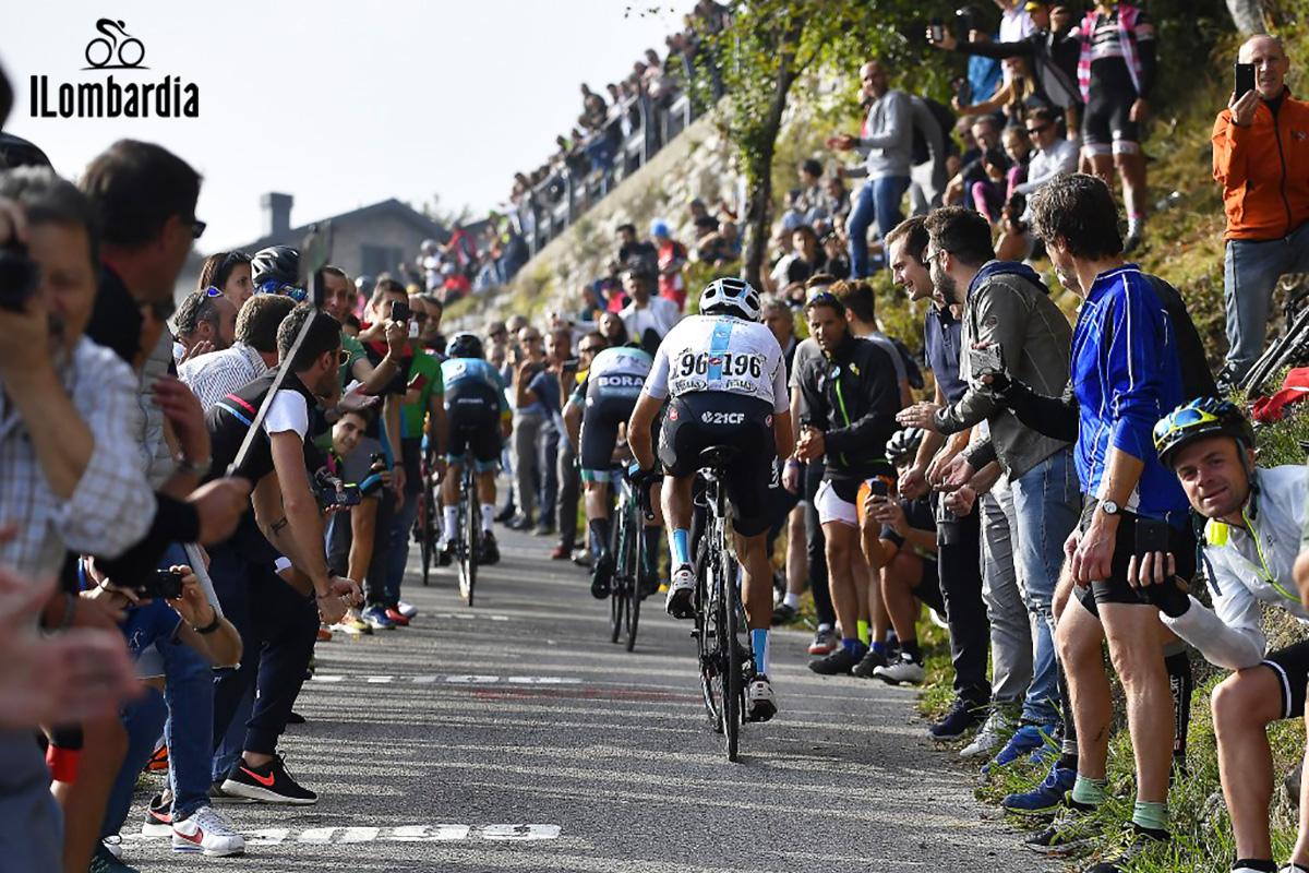 Il Giro di Lombardia in azione durante la gara
