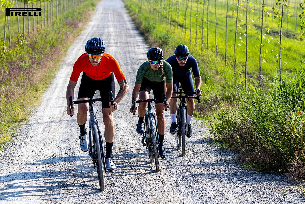 Ciclisti pedalano lungo una strada sterrata in sella a bici con gomme Pirelli Cinturato
