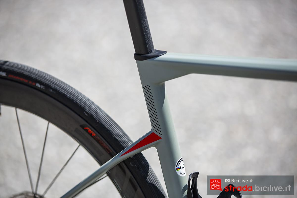 La bici della BMC Roadmachine che monta il reggisella in carbonio D-shape 2020