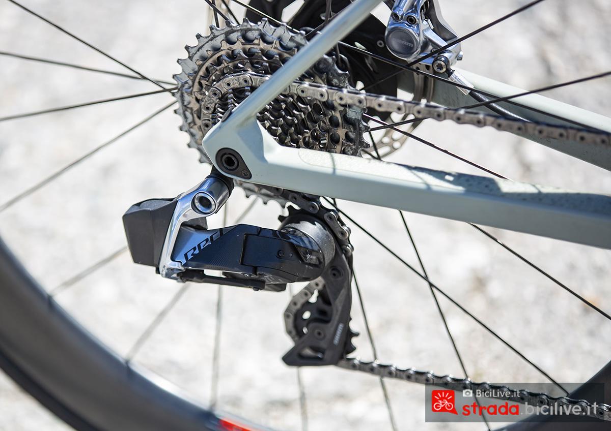 La bici della BMC Roadmachine che monta la trasmissione SRAM RED eTap AXS a 12 velocità con comandi wireless