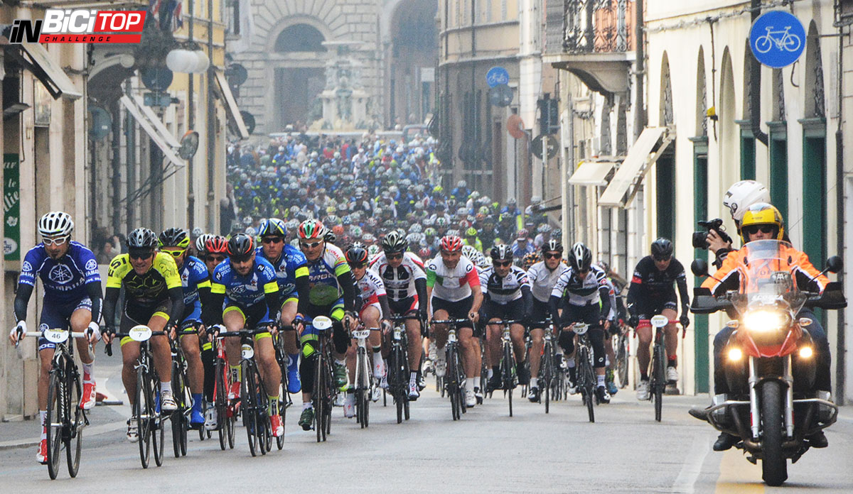 I ciclisti in gara nella seconda prova della Granfondo Davide Cassani 2020.