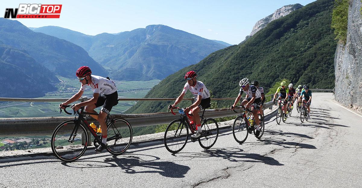 I Ciclisti che pedalano durate la salita della Granfondo La Leggendaria Charly Gaul 2020