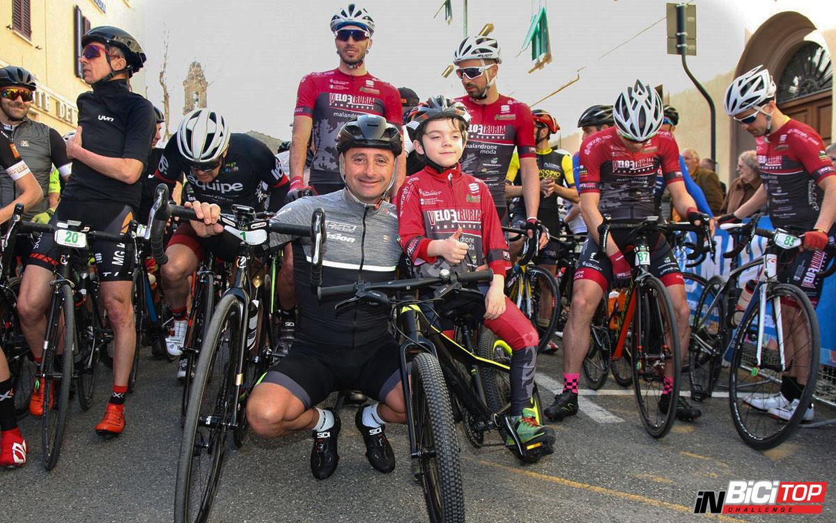 I Ciclisti pronti prima della partenza della terza prova della Greenfondo Paolo Bettini 2020.