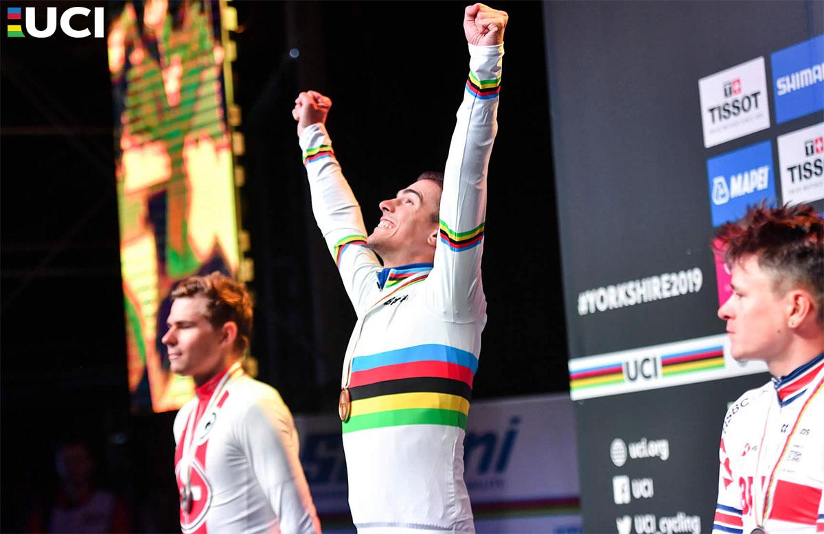 Il ciclista italiano Samuele Battistella sul podio dei Mondiali 2019