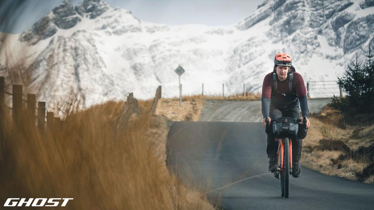 Ciclista in viaggio in sella a una bici da strada 2020 di Ghost