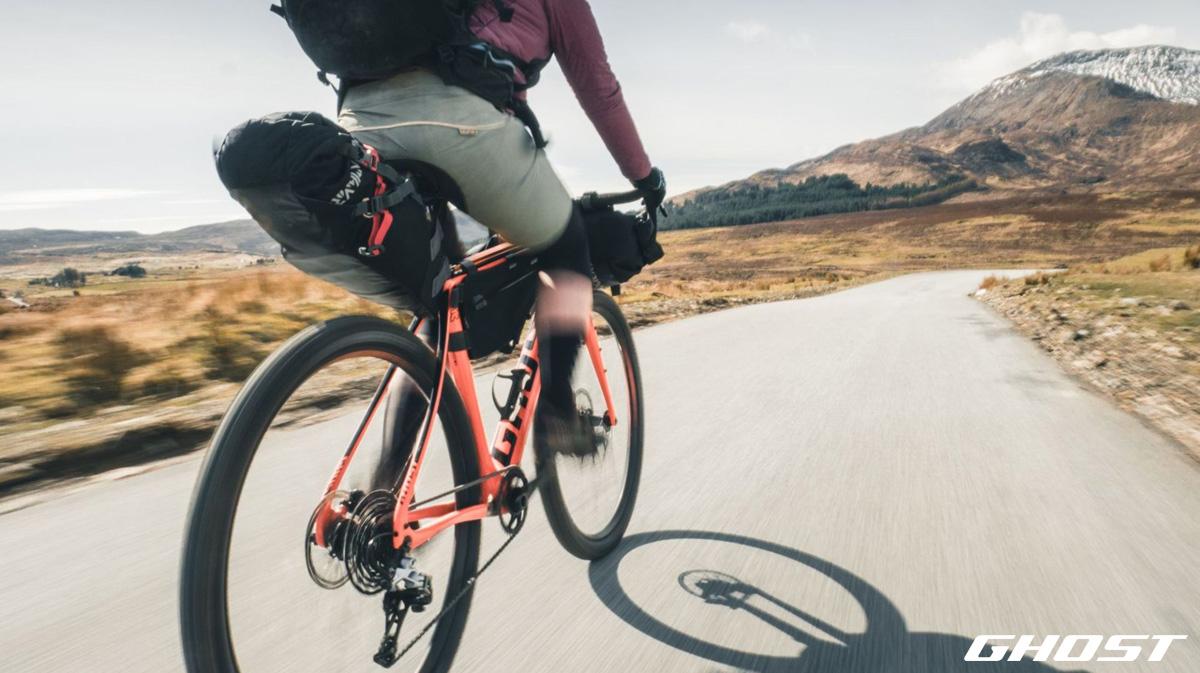 Ciclista in viaggio in sella a una bici gravel 2020 di Ghost