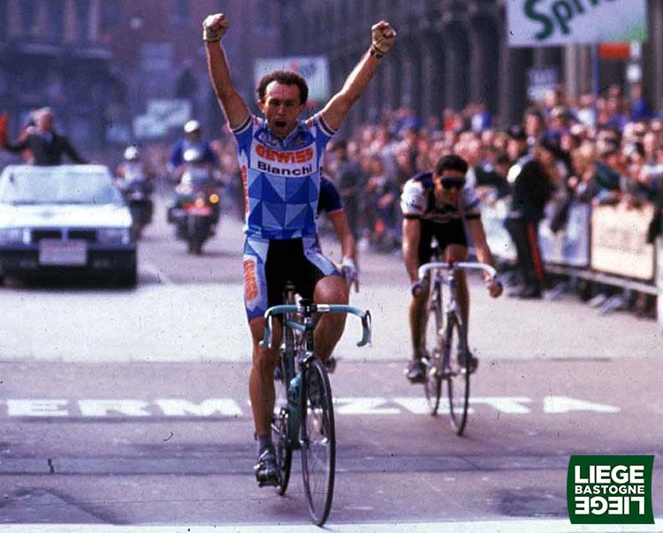 Una foto di Moreno Argentin vincitore della Liegi-Bastogne-Liegi per tre volte di fila